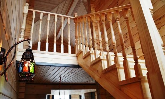 Деревянная лестница в доме из клееного бруса